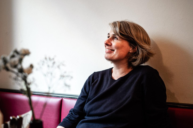 Jennie Robinson-Schuré am Tisch im Alles Elbe.