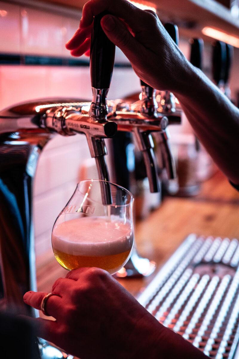 Von Jennie gezapftes Bier im Alles Elbe.