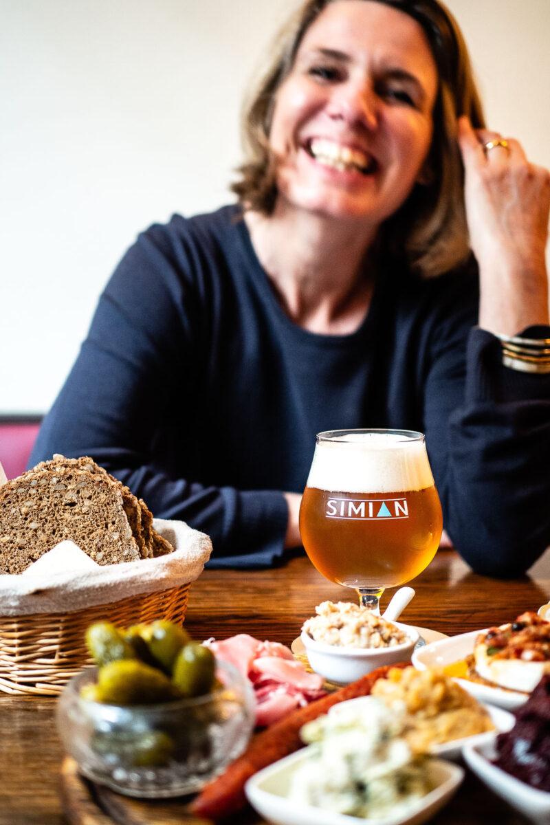 Jennie Robinson-Schuré mit Bier und Brotzeitplatte.