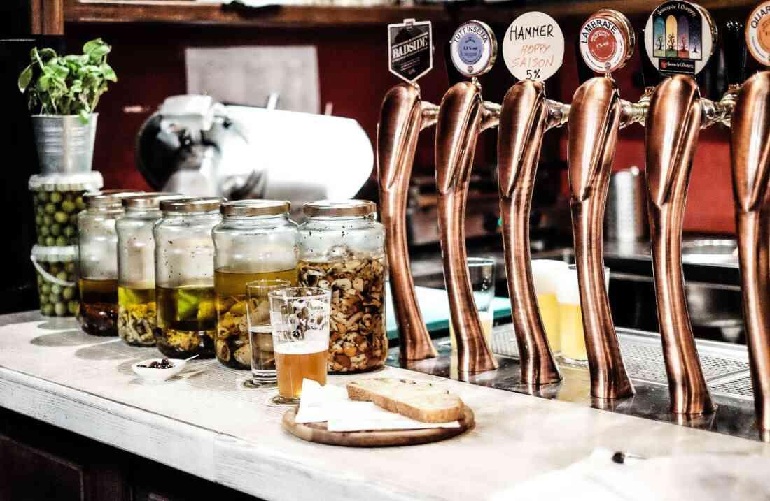 Birra, Berlin – Tresen mit Bier und Brotzeit.