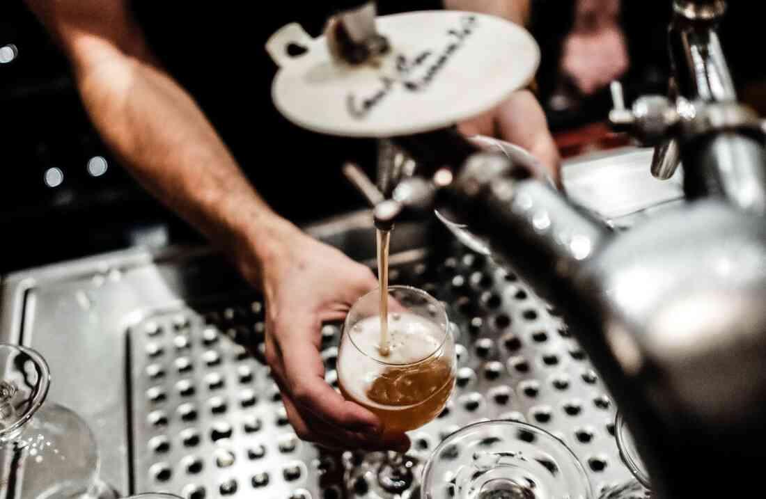 Herman Beglian Bar, Berlin – Bier zapfen.