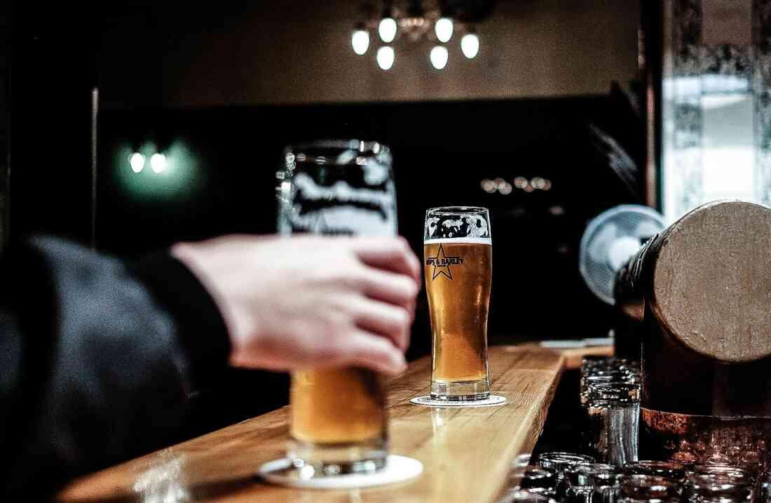 Hops & Barley, Berlin – Tresen mit Biergläsern.