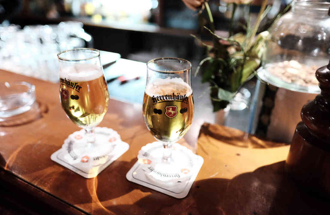 Bier-Maxe Hannover, Biergläser auf Tresen.